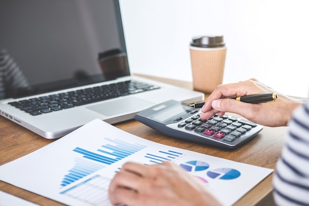 Cálculos de contabilistas do sexo feminino, auditoria e análise de dados do gráfico financeiro