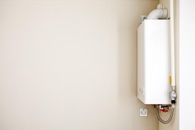 Caldeira a gás em casa, aquecedor de água. fogão a gás isolado em um fundo cinza.