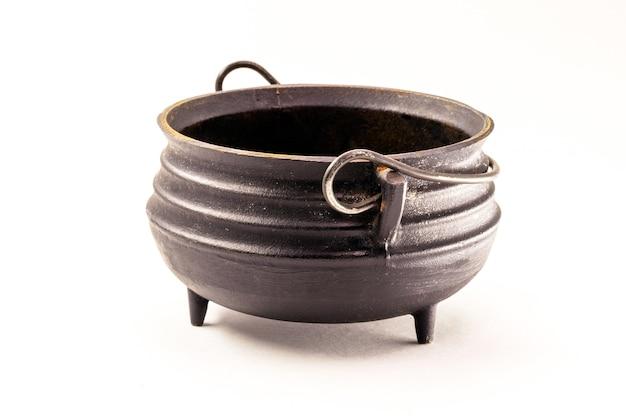 Caldeirão de bruxa de aço, objeto decorativo de halloween na superfície branca isolada.
