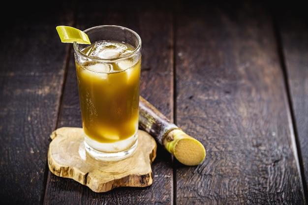 Caldo de cana, chamado no brasil de garapa, feito com cana-de-açúcar, servido gelado