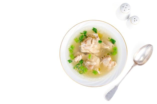 Caldo de carne de frango isolado no branco