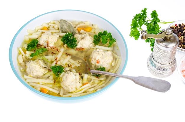 Caldo de galinha com macarronetes e almôndegas de ovo.