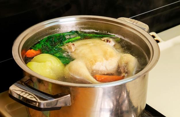 Caldo de galinha em uma panela