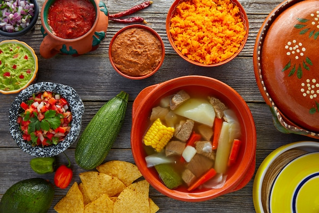 Caldo de res mexican caldo de carne na mesa
