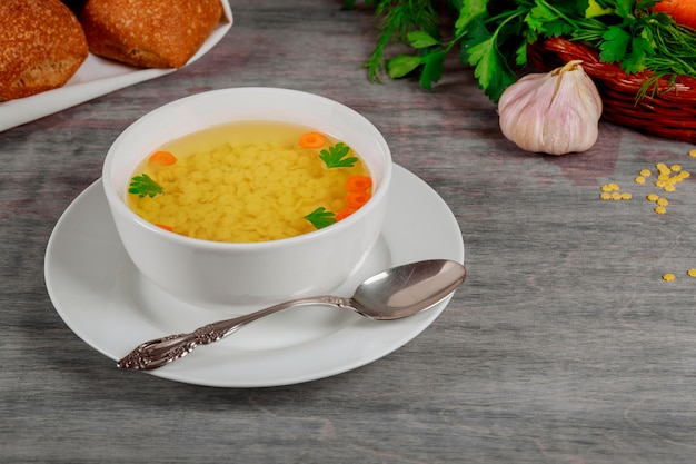 Caldo fresco com cenoura e salsa