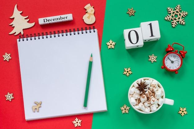 Calendário 1º de dezembro copo de cacau e marshmallow, bloco de notas aberto vazio