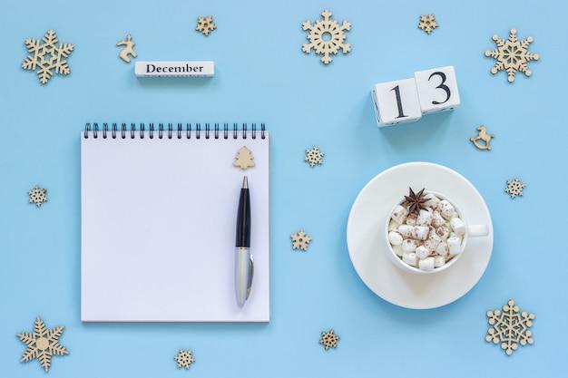 Calendário 13 de dezembro xícara de cacau e marshmallow, bloco de notas aberto vazio