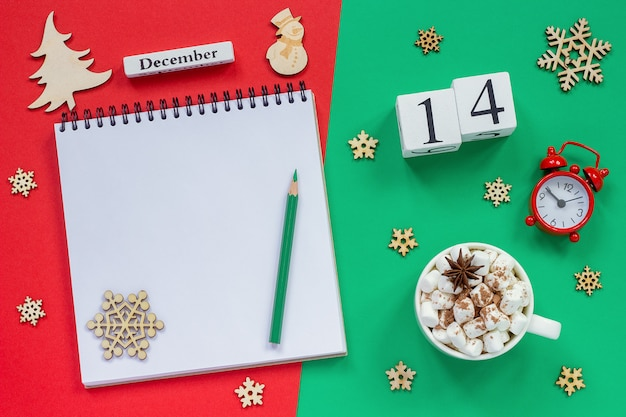 Calendário 14 de dezembro xícara de cacau e marshmallow, bloco de notas aberto vazio