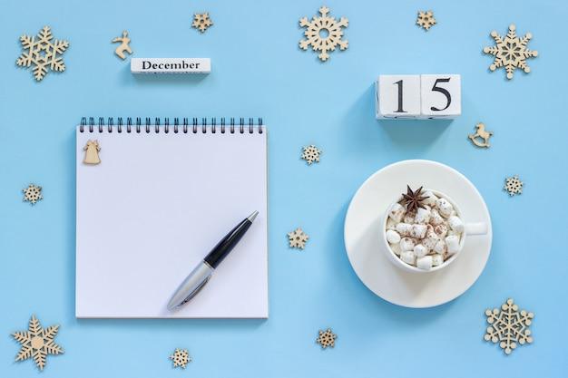 Calendário 15 de dezembro xícara de cacau e marshmallow, bloco de notas aberto vazio