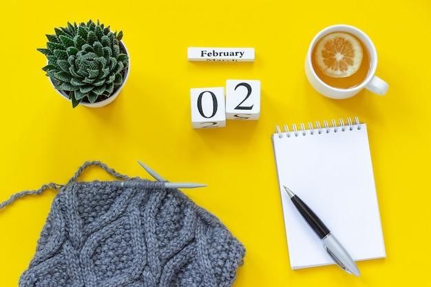 Calendário 2 de fevereiro. xícara de chá, o bloco de notas para o texto.