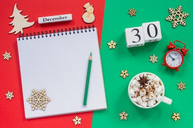 Calendário 30 de dezembro xícara de cacau e marshmallow, bloco de notas aberto vazio