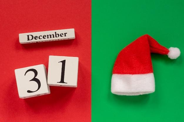 Calendário 31 de dezembro e chapéu de papai noel ou papai noel