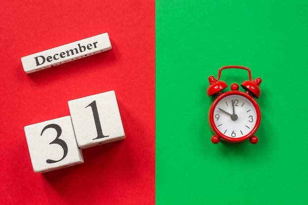 Calendário 31 de dezembro e despertador vermelho