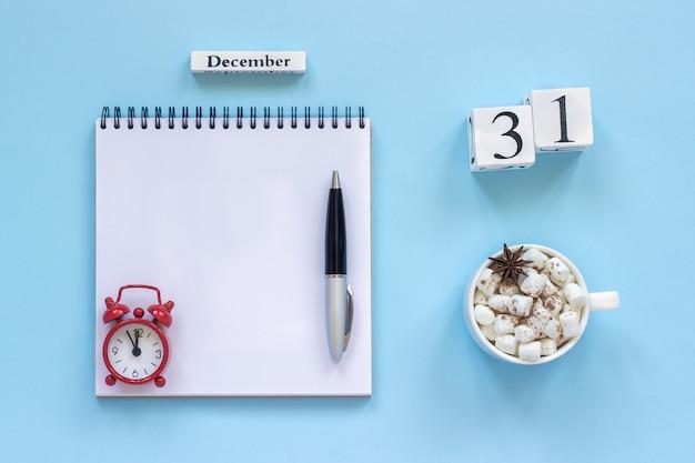 Calendário 31 de dezembro xícara de cacau e marshmallow, bloco de notas