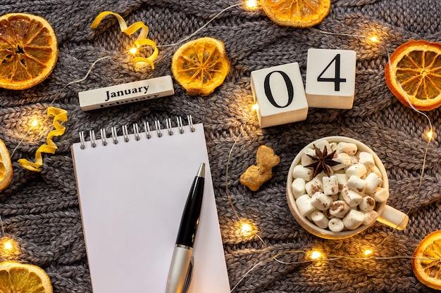 Calendário 4 de janeiro xícara de cacau e bloco de notas aberto vazio