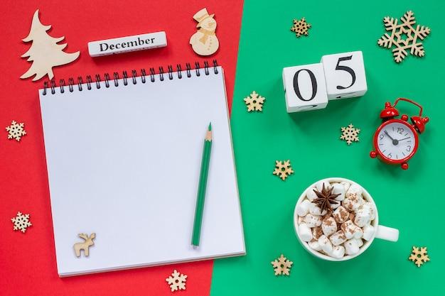 Calendário 5 de dezembro xícara de cacau e marshmallow, bloco de notas aberto vazio