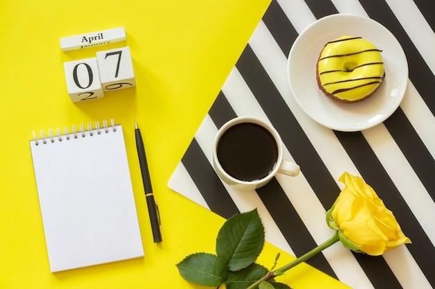 Calendário 7 de abril. xícara de café, donut e rose