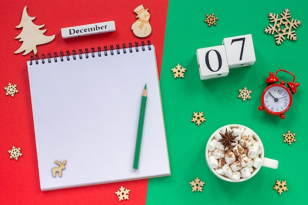 Calendário 7 de dezembro copo de cacau e marshmallow, bloco de notas aberto vazio