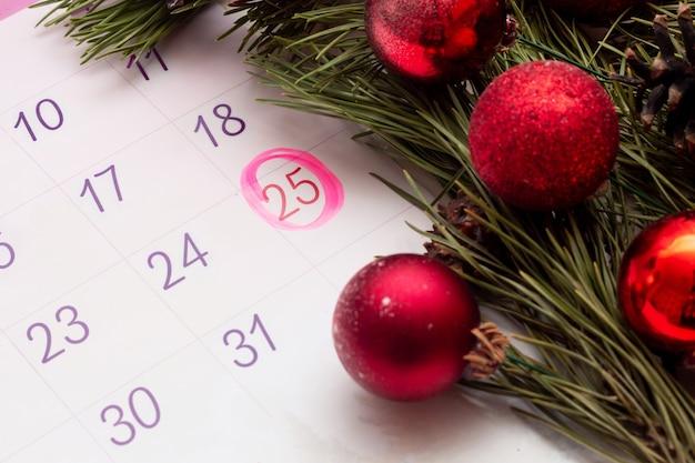 Calendário aberto de 2022 com uma marca na data de 25 de dezembro. decorações de natal