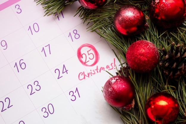 Calendário aberto de 2022 com uma marca redonda na data de 25 de dezembro e palavra escrita natal