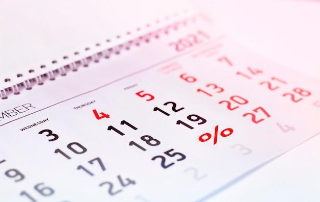Calendário close-up com sinal de porcentagem