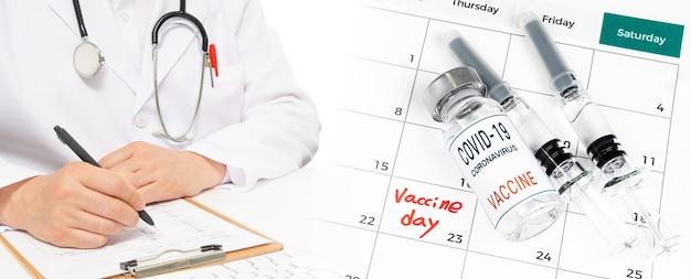 Calendário com data de vacinação com médico preenchendo prontuário.
