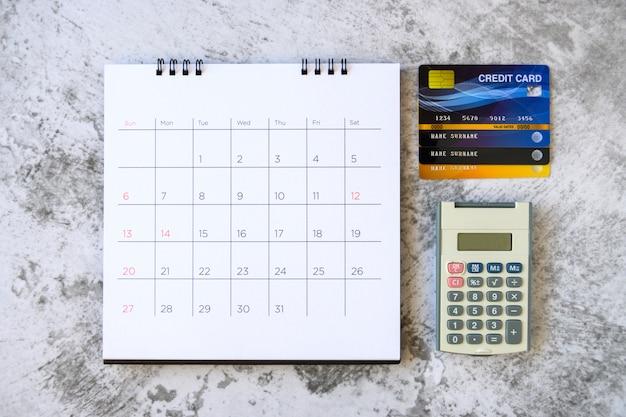 Calendário com dias e cartão de crédito na mesa. conceito de compras
