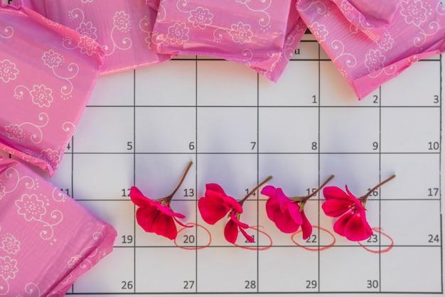 Calendário com flores e toalhas sanitárias