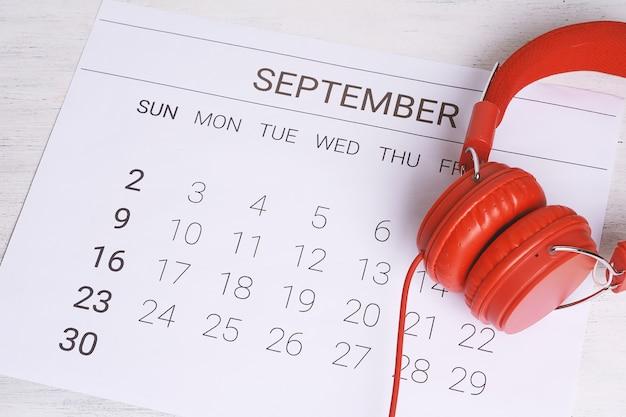 Calendário com fones de ouvido.