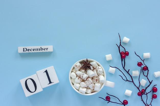 Calendário cubos 1 de dezembro xícara de cacau com marshmallows e ramo decorativo com bagas vermelhas