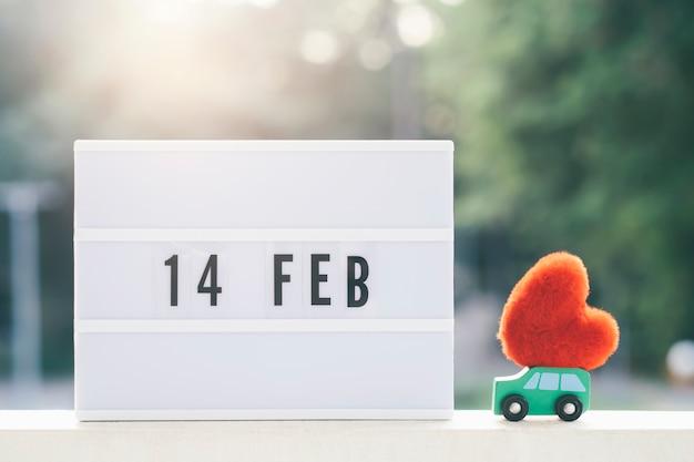 Calendário de 14 de fevereiro com o coração vermelho.