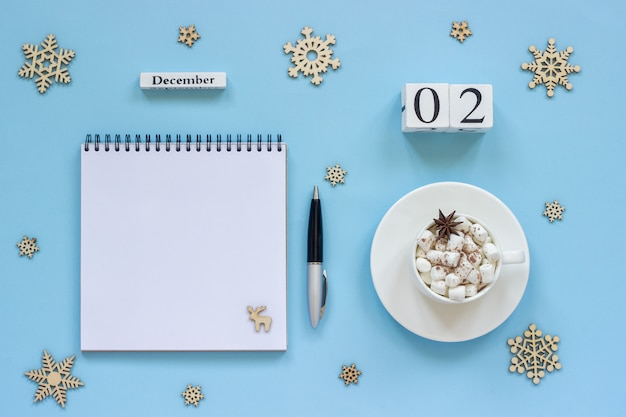 Calendário de 2 de dezembro xícara de cacau e marshmallow, bloco de notas aberto vazio