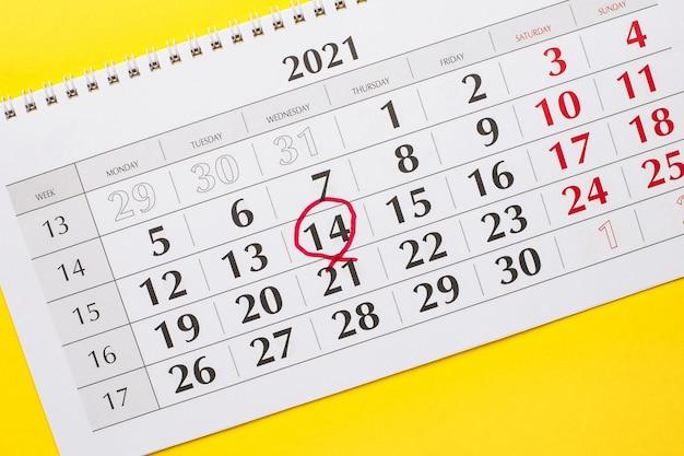 Calendário de 2021 com o número 14 circulado em vermelho