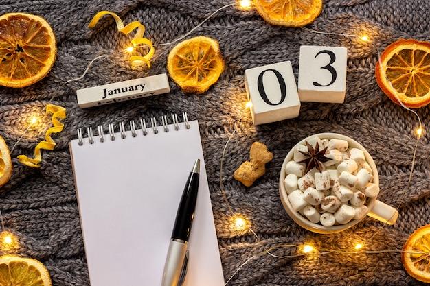 Calendário de 3 de janeiro xícara de chocolate e bloco de notas aberto vazio