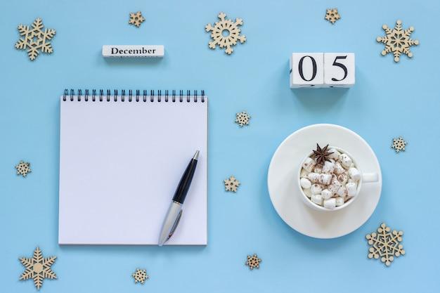 Calendário de 5 de dezembro xícara de cacau e marshmallow, bloco de notas aberto vazio