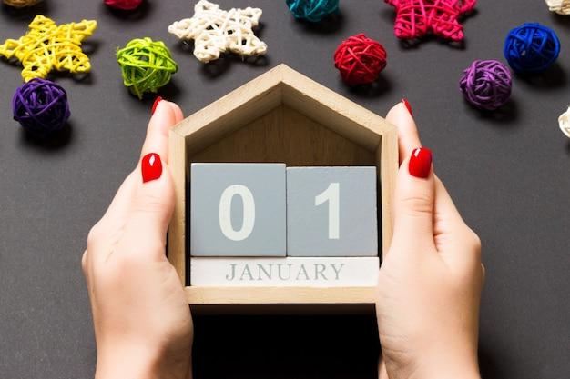 Calendário de ano novo com enfeites de natal na mesa