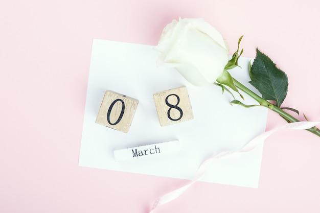 Calendário de bloco de madeira internacional de 8 de março com rosa branca
