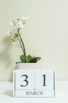 Calendário de closeup com 31 de março palavra na mesa