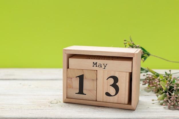 Calendário de cubo para 13 de maio em madeira