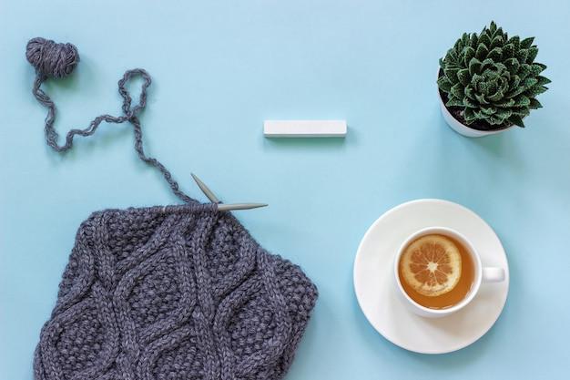 Calendário de cubos de madeira em branco vazio mock up tamplate para sua data de calendário xícara de chá
