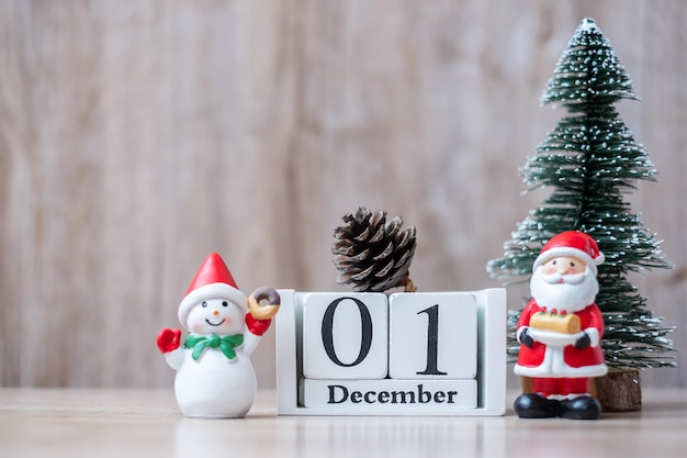 Calendário de dezembro com enfeites de natal