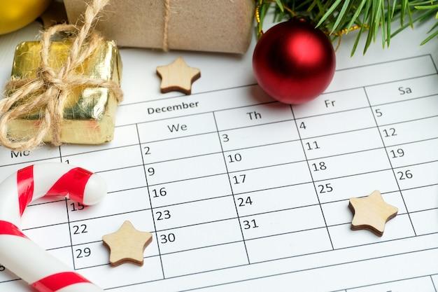 Calendário de dezembro e decorações de natal