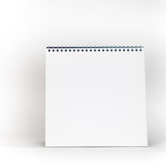 Calendário de espiral de papel branco em branco