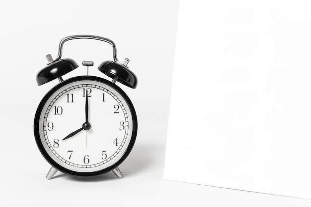 Calendário de espiral de papel em branco e publicidade de modelo de relógio e fundo de marca.