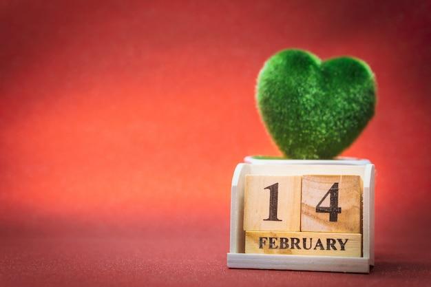 Calendário de madeira. 14 de fevereiro. dia dos namorados.