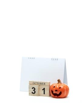 Calendário de madeira 31 de outubro com decoração de halloween em uma superfície branca