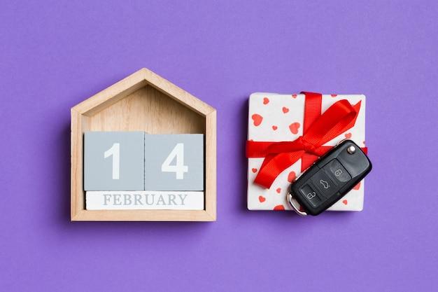 Calendário de madeira, caixa de presente e chaves do carro