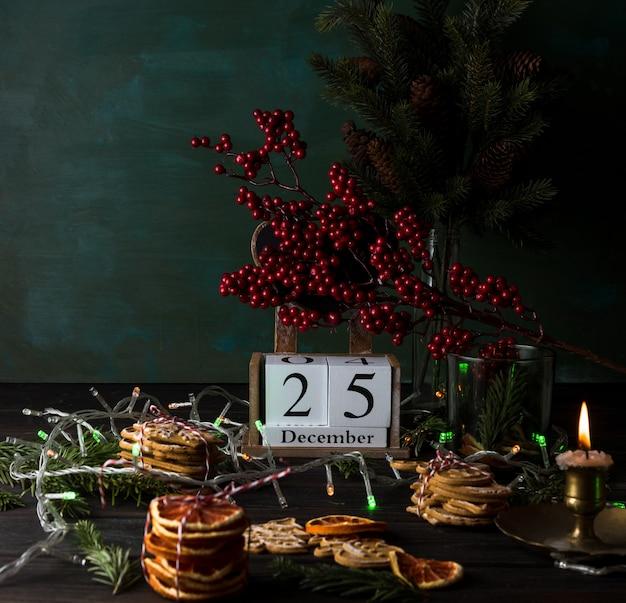 Calendário de madeira com data 25 de dezembro, biscoitos de natal e decoração