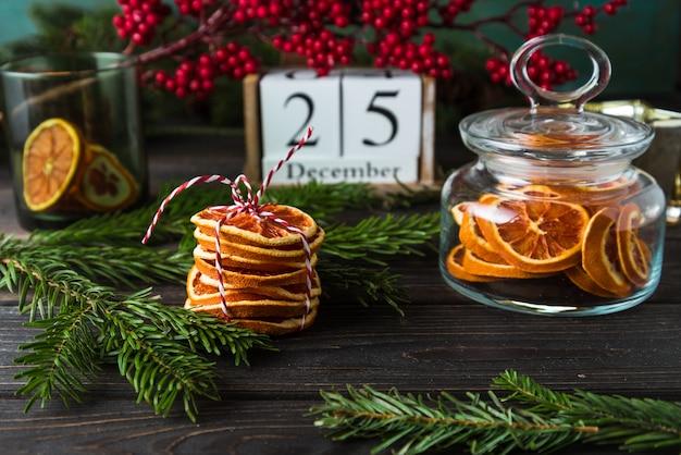 Calendário de madeira com data 25 de dezembro, decoração de natal, lascas de laranja na madeira