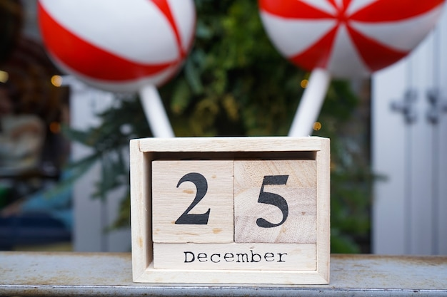 Calendário de madeira com data de natal. fechar-se.